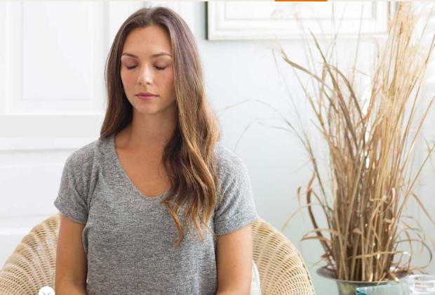 méditation assise les yeux fermés